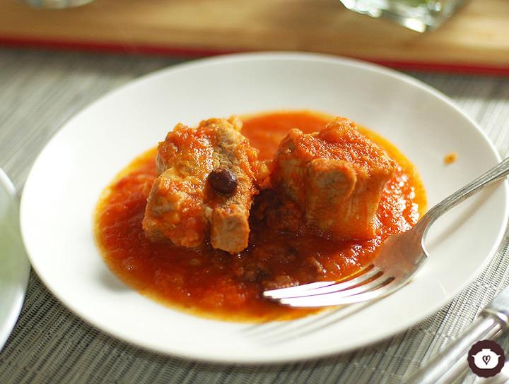 Costilla de cerdo en salsa roja con frijoles