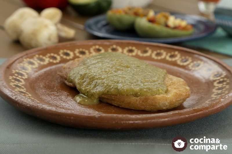 Nopalitos rellenos en salsa verde