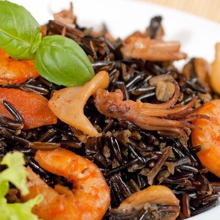 Pulpo con arroz negro y camarones