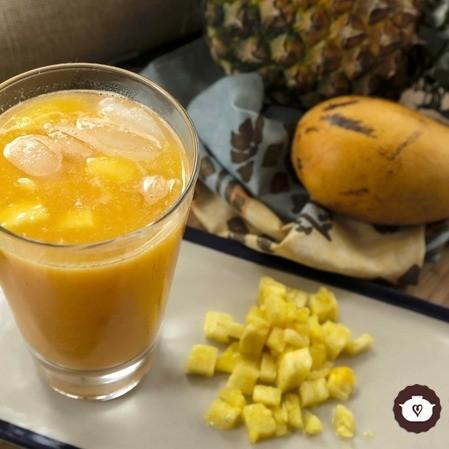 Agua fresca de mango con piña