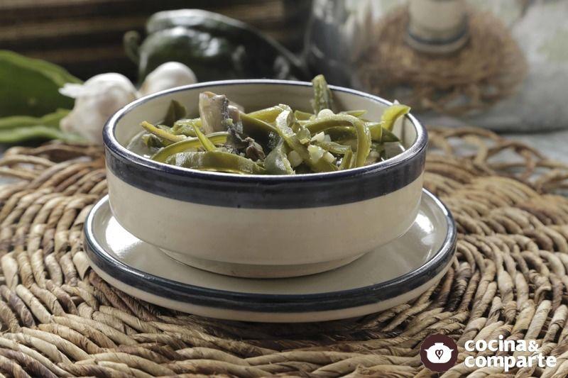 Sopa vegetariana de poblano con champiñones