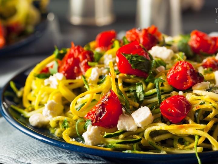 Espaguetis de calabaza con tomates cherry, queso y albahaca