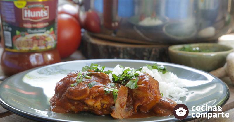 Pollo en salsa de tomate con champiñones
