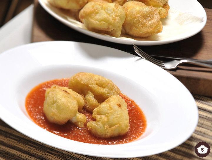 Coliflor capeada con salsa de jitomate