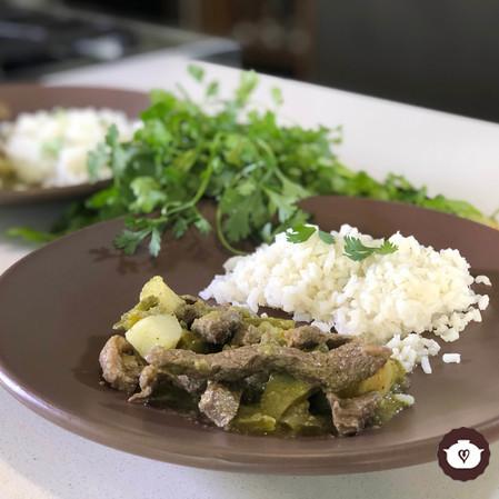 Bistec con nopales y papas en salsa verde