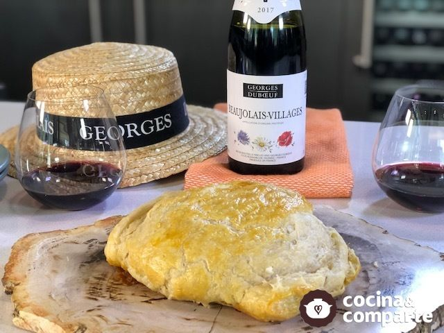 Botana de queso Brie relleno de ate y cubierto de hojaldre