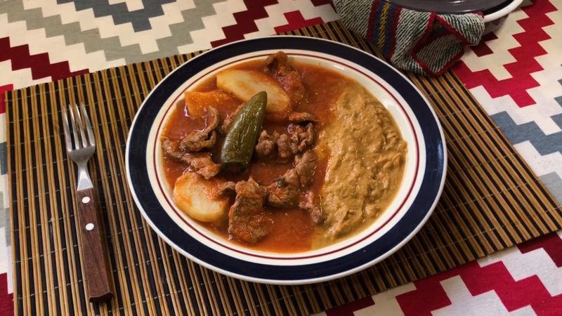 Bistec con papas en salsa roja