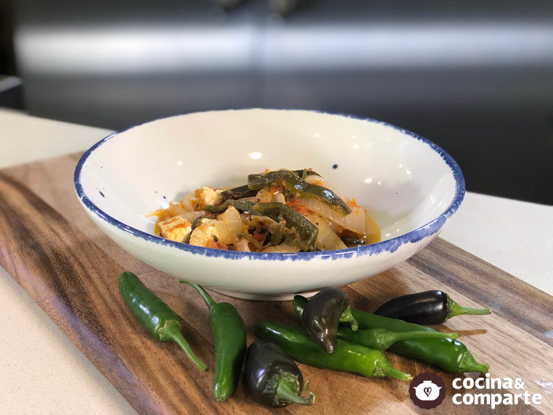 Rajas con queso en salsa asada