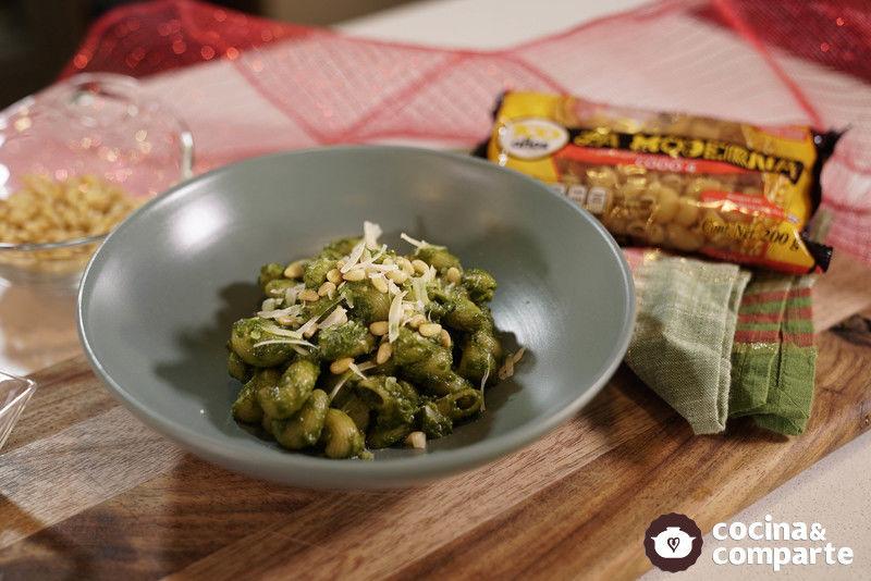 Codo al cilantro con piñones