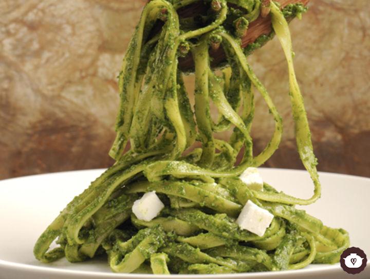 Fetuccini con pesto de espinacas y queso fresco