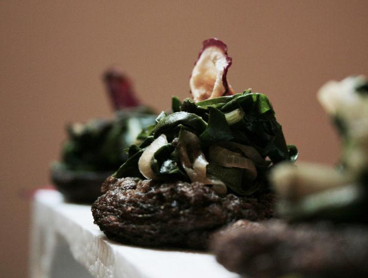 Croquetas de huitlacoche con acelgas salteadas y rábano deshidratado