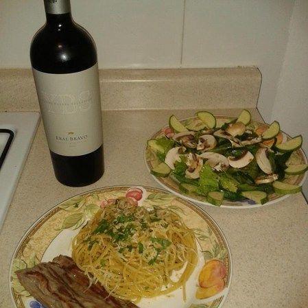 Spaghetti en salsa de anchoas con arrachera y ensalada con Mermelada de Tocino