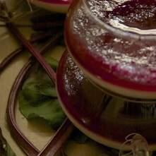 Pannacotta de limón acompañada de compota de betabel y piña.