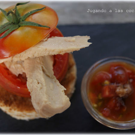 Tomate relleno de bonito en aceite de oliva y aderezo ahumado