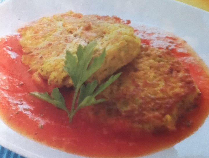 Tortitas de verduras en salsa roja