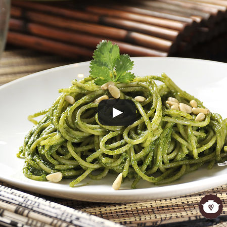 Espagueti al cilantro con piñones