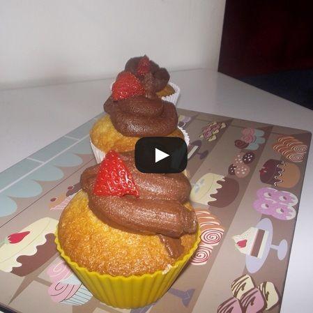 Cupcakes con frosting de chocolate