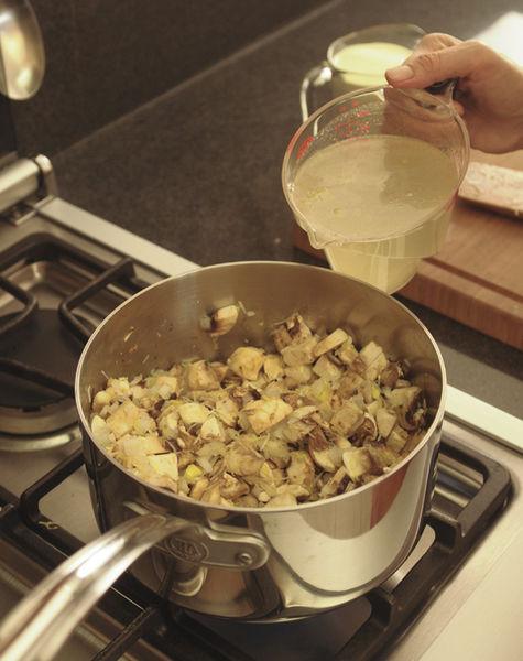 Añadir el caldo de pollo y cocer tapado a lumbre bajita durante 20 minutos.