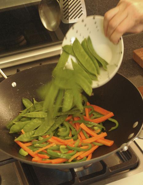 Añadir los chícharos chinos en vaina y la cebolla, cocer 5 minutos más, mover con frecuencia.