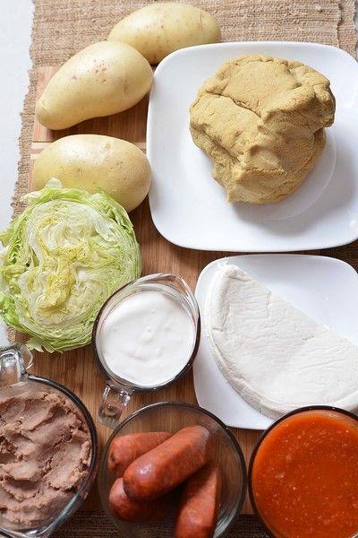 Ingredientes para para los sopes 1 cucharita de sal agua caliente al gusto 1 kilogramo de masa de maíz Ingredientes para relleno 1 taza de salsa picante de jitomate 1 taza de crema de leche de vaca 1/2 pieza de lechuga 200 gramos de queso fresco 2 tazas de frijoles refritos 300 gramos de chorizo 3 piezas de papa blanca