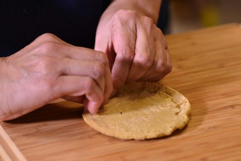 Sacarlas del comal y sobre la tabla pellizcar las orillas para formar un borde.