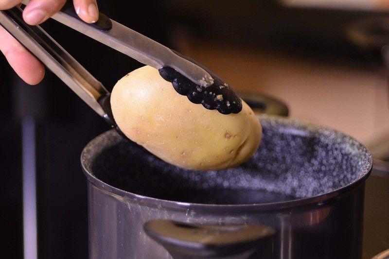 Para el relleno: cocer las papas con sal en una olla honda con agua durante 15 minutos o hasta que estén cocidas. Pelar y picar.