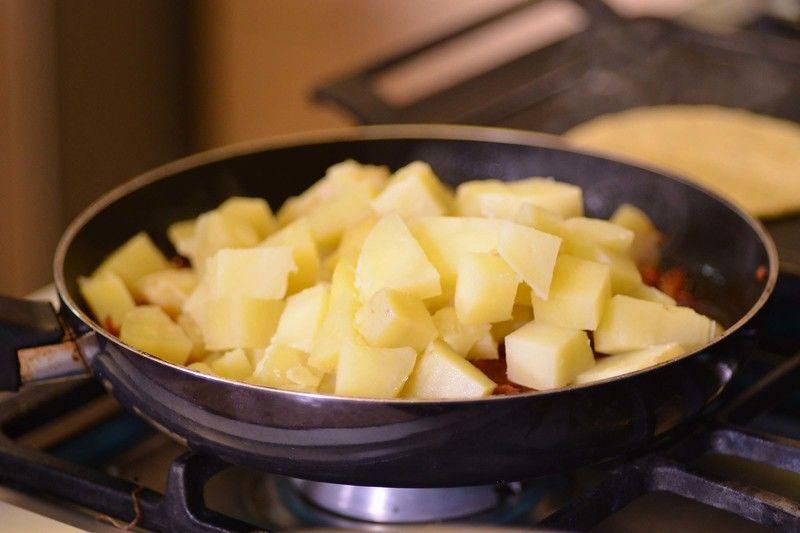Agregar las papas picadas y continuar sofriendo unos minutos más. Reservar.