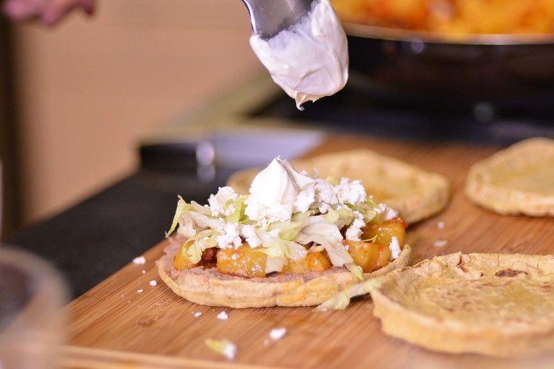 Añadir lechuga picada, queso fresco, crema y salsa.