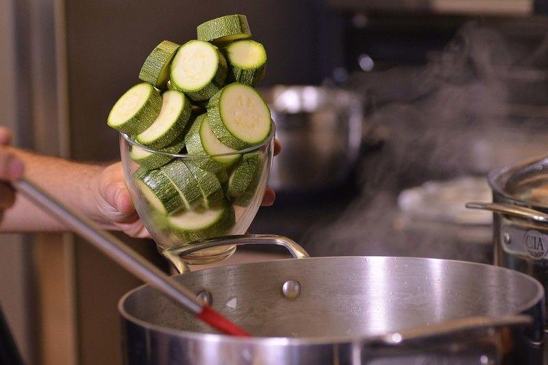 Agregar la calabacitas en rodajas y continuar cociendo un par de minutos más. Añadir las piezas de pollo y un poco del caldo donde se coció el pollo, el comino y sazonar con sal. Continuar cociendo unos minutos más, cuidando que no se recueza.