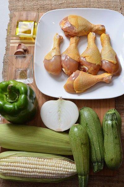 Sal al gusto 1 pieza de pimiento morrón verde 1 pizca de comino molido pimienta negra molida al gusto 4 piezas de calabacita italiana 2 cucharadas de aceite de oliva 2 piezas de elote 2 dientes de ajo 1/2 pieza de cebolla blanca 6 piezas de pollo