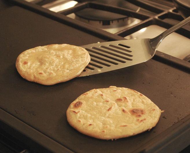 Colocar las pequeñas tortillas sobre el comal caliente. Cocer un poco por un lado y voltearlas. Cocer del otro dejándolas un poco crudas.