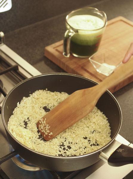 En una sartén con aceite de oliva dorar el arroz un poco, mover con frecuencia (no debe quemarse).
