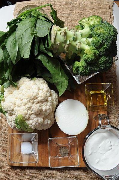 2 manojos de espinaca 1 pieza de coliflor 1 1/2 tazas de crema de leche de vaca 1/2 pieza de cebolla blanca 2 cucharadas de aceite de oliva 1/4 cucharita de pimienta negra molida 1/2 cucharita de sal 1 pieza de brócoli