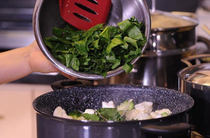 Agregar las hojas de espinaca picadas y la crema, sazonar con pimienta y sal y cocer 3 minutos más.