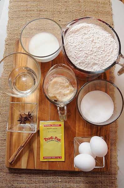Ingredientes para toda la receta: 1 lata de leche condensada 1/2 taza de jugo de naranja 1 cucharita de ralladura de cáscara de naranja 1 3/4 tazas de harina preparada para hot cakes tres estrellas Nuevo 1 1/2 tazas de harina de trigo san antonio tres estrellas Nuevo 1/2 taza de margarina 1 cucharada de polvo para hornear (levadura química) Ingredientes para decorar: mermelada al gusto coco rallado al gusto