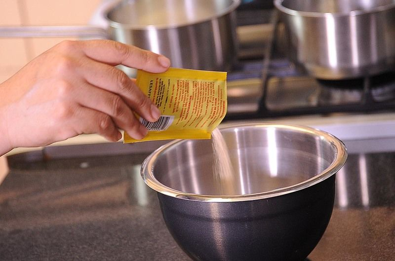 Derretir la mantequilla y reservar. Colocar en el tazón de la batidora la leche condensada, jugo de naranja, margarina derretida, y batir hasta obtener una mezcla homogénea.