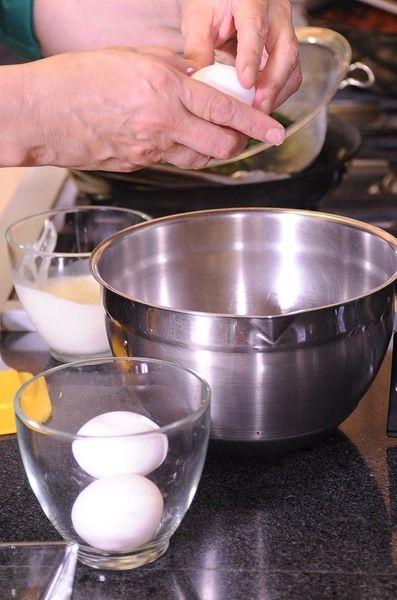 Colocar los huevos en un tazón con la crema para batir, la sal, la pimienta y la nuez moscada. Batir con un batidor de globo hasta integrar.