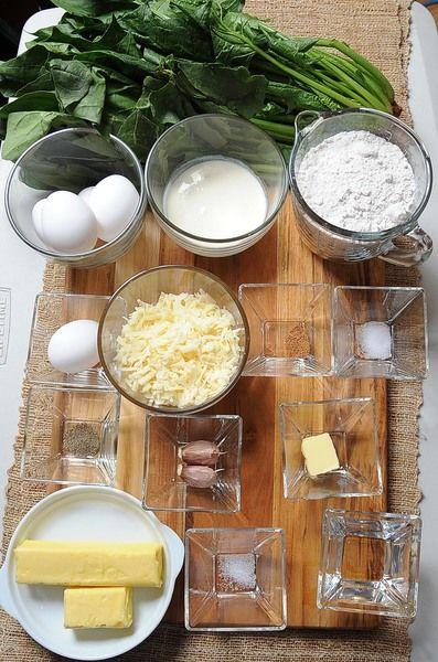 Ingredientes para la base: 125 gramos de mantequilla 1 pieza de huevo 2 tazas de harina de trigo 1 pizca de sal 1/4 taza de agua fría Ingredientes para relleno: 2 manojos de espinaca 1 cucharada de mantequilla 2 dientes de ajo 4 piezas de huevo 1/2 taza de crema para batir 1/4 cucharita de nuez moscada en polvo 1/4 cucharita de pimienta negra molida 1/4 cucharita de sal 1 taza de queso gruyere rallado