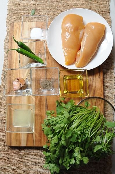 2 dientes de ajo 3 cucharadas de aceite de oliva 2 cucharadas de jugo de limón 1/2 manojo de cilantro 2 piezas de chile serrano 1 cucharita de sal 1/2 cucharita de pimienta negra molida 1 pieza de pechuga de pollo sin hueso sin piel