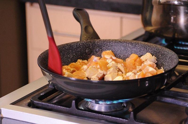Mezclar frecuentemente hasta que se vea dorada por todos lados. Agregar el ajo machacado y continuar cociendo unos minutos más.