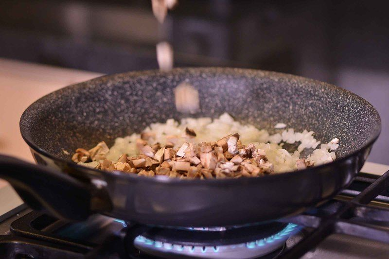 Agregar los champiñones y continuar cociendo 5 minutos más. Sazonar con sal y mezclar bien. Reservar.