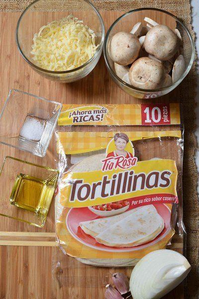 1/4 pieza de cebolla blanca 1 diente de ajo 1/2 taza de queso manchego rallado 1 cucharada de aceite de oliva 8 piezas de champiñones 2 piezas de tortillina de harina Tía Rosa 1/4 cucharita de sal