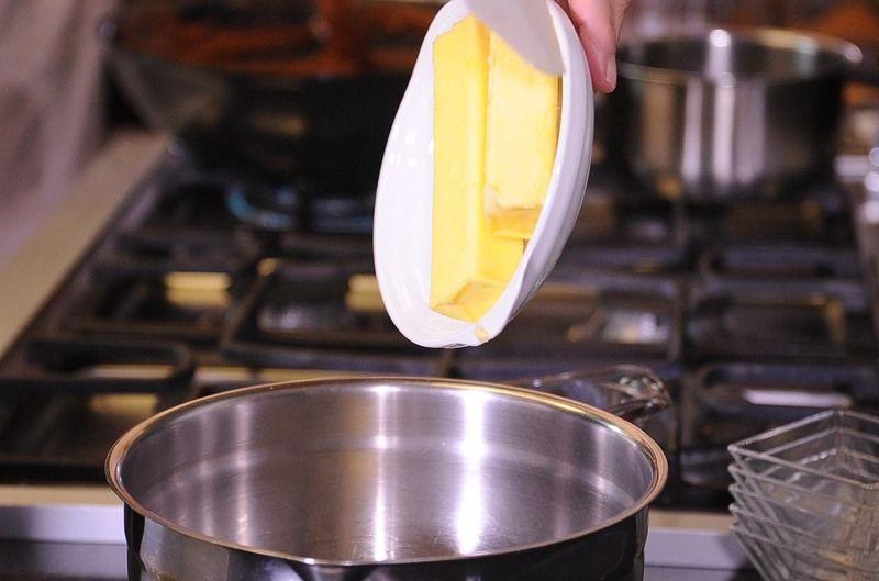 Para preparar las galletas, batir la mantequilla, el azúcar pulverizada y la ralladura de la naranja en un tazón con la batidora eléctrica hasta obtener una mezcla pálida y cremosa.