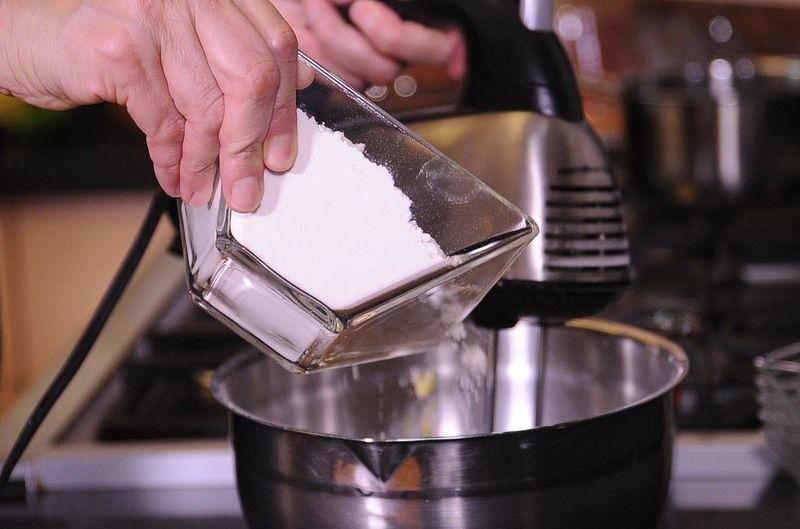 Añadir la harina sin dejar de batir hasta obtener una mezcla homogénea.
