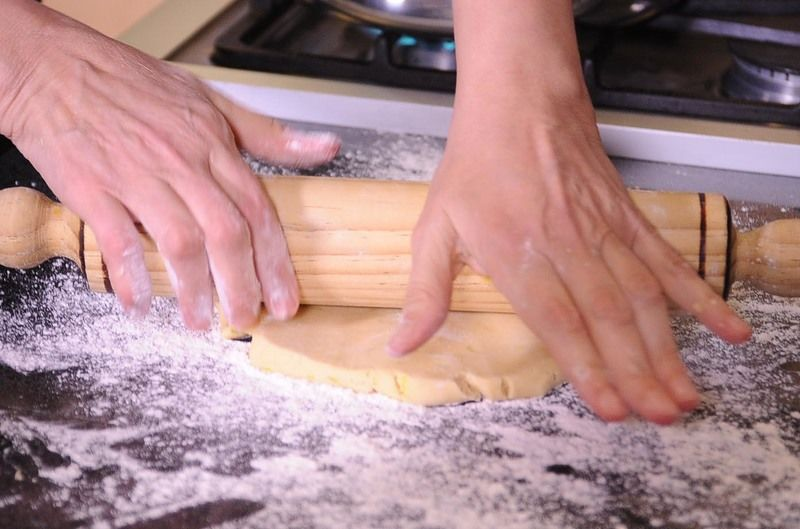 Extender la masa sobre una superficie enharinada con la ayuda del rodillo, hasta obtener un grosor de 3 mm.