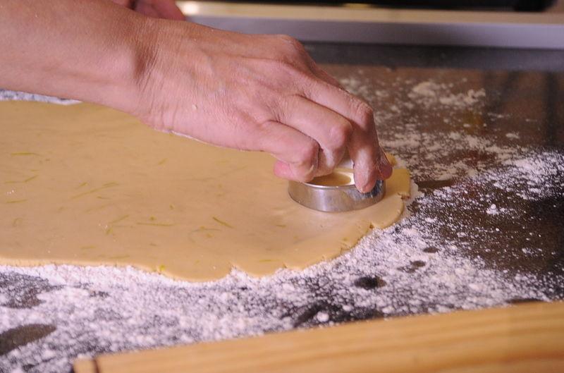 Cortar las galletas con un cortador redondo, hasta terminar con toda la masa aproximadamente 24 galletas.