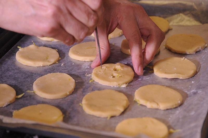 Cortar con un cuchillo pequeño las caritas de calabaza en la mitad de las galletas. Precalentar el horno a 350 °F (175°C) y hornear de 10 a 15 minutos o hasta que estén ligeramente doradas.
