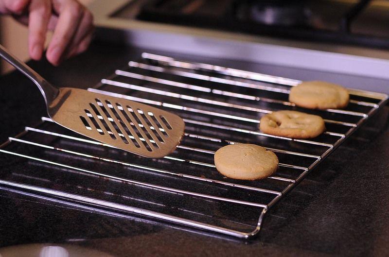 Dejar enfriar 3 minutos o hasta que las galletas se endurezcan ligeramente. Pasar a una rejilla y dejar enfriar completamente.