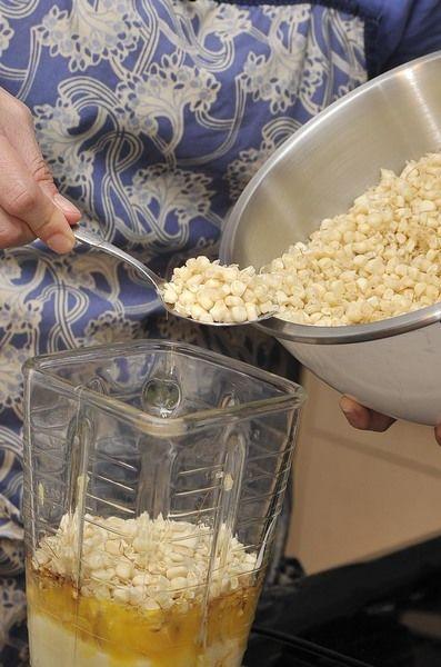 Agregar los ingredientes poco a poco, moler despacio hasta que quede una mezcla esponjada.