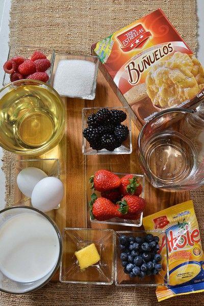 Ingredientes para decorar: 1/4 taza de frambuesas 1/4 taza de mora azul 1/4 taza de fresas 1/4 taza de zarzamora Ingredientes para crema pastelera: 1 sobre de harina para atole Tres Estrellas 20 gramos de mantequilla 125 gramos de azúcar blanca 2 piezas de huevo 250 mililitros de leche de vaca Ingredientes para buñuelos: azúcar blanca al gusto aceite de canola al gusto 160 mililitros de agua caliente 2 tazas de harina para buñuelos Tres Estrellas